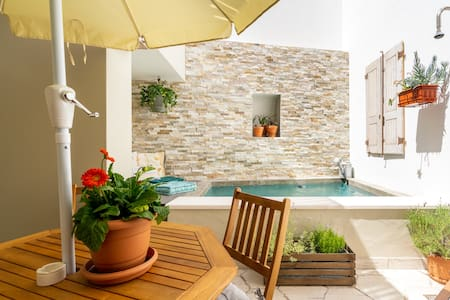 Casa Alfazema, a luxury townhouse with beautiful cosy pool. <<Clean & Safe>>