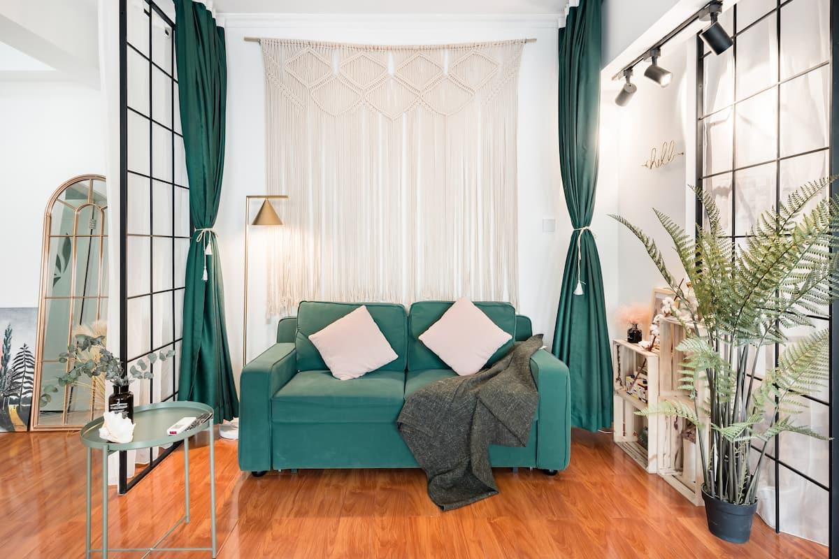 入住带落地窗的大床房,到明城墙去感受历史记忆