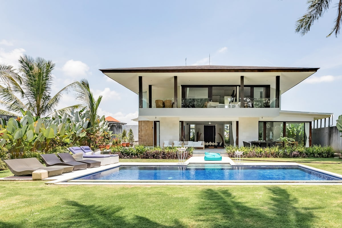 Serene Vibes in a Tropical Villa