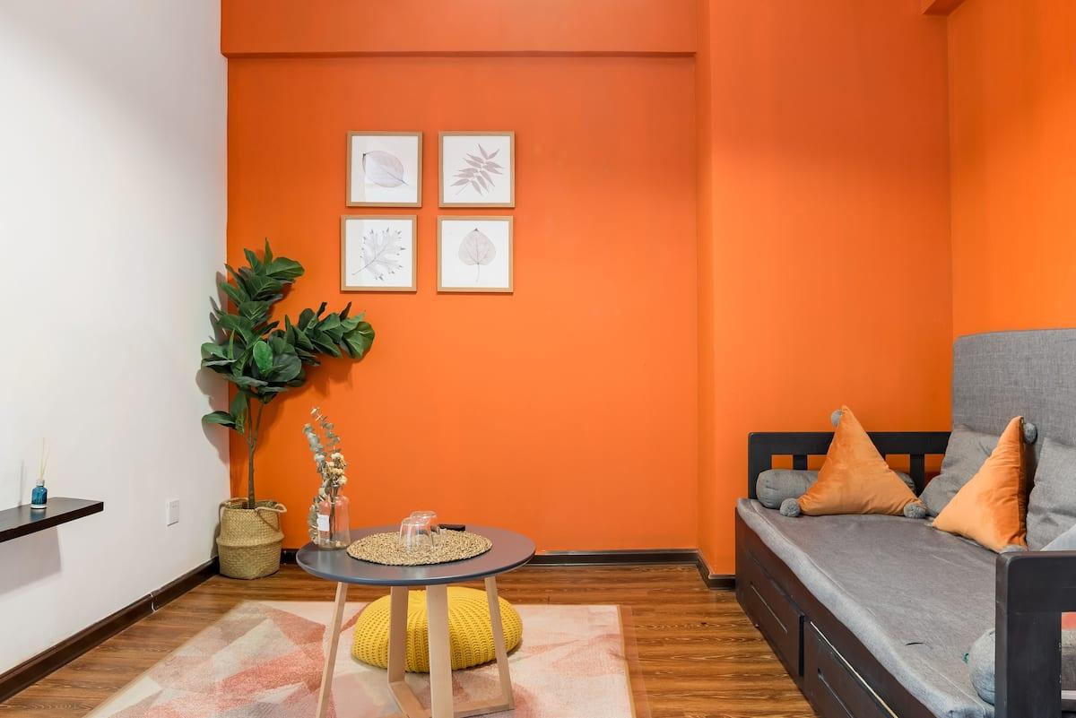 五一广场旁带投影仪的橘色温馨公寓