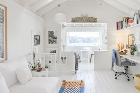 Whitewashed Artist's Cottage with Pittwater Bay Views