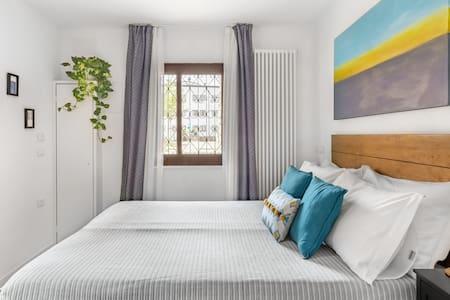 Luminosa stanza matrimoniale con bagno privato e aria condizionata