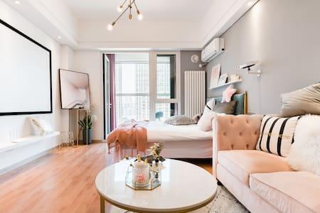 入住粉色少女风单间房,在小阳台上俯瞰青岛全貌