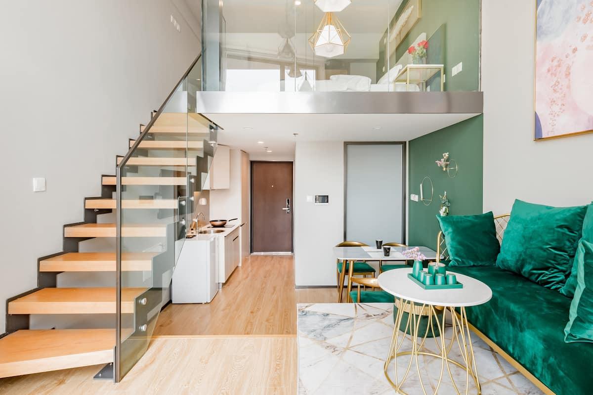 到时尚轻奢风的孔雀绿复式公寓来欣赏壮观海景