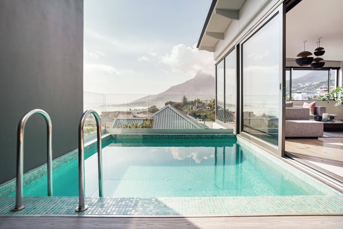 Panoramic Ocean&Mountain Views from Chic Camps Bay Penthouse