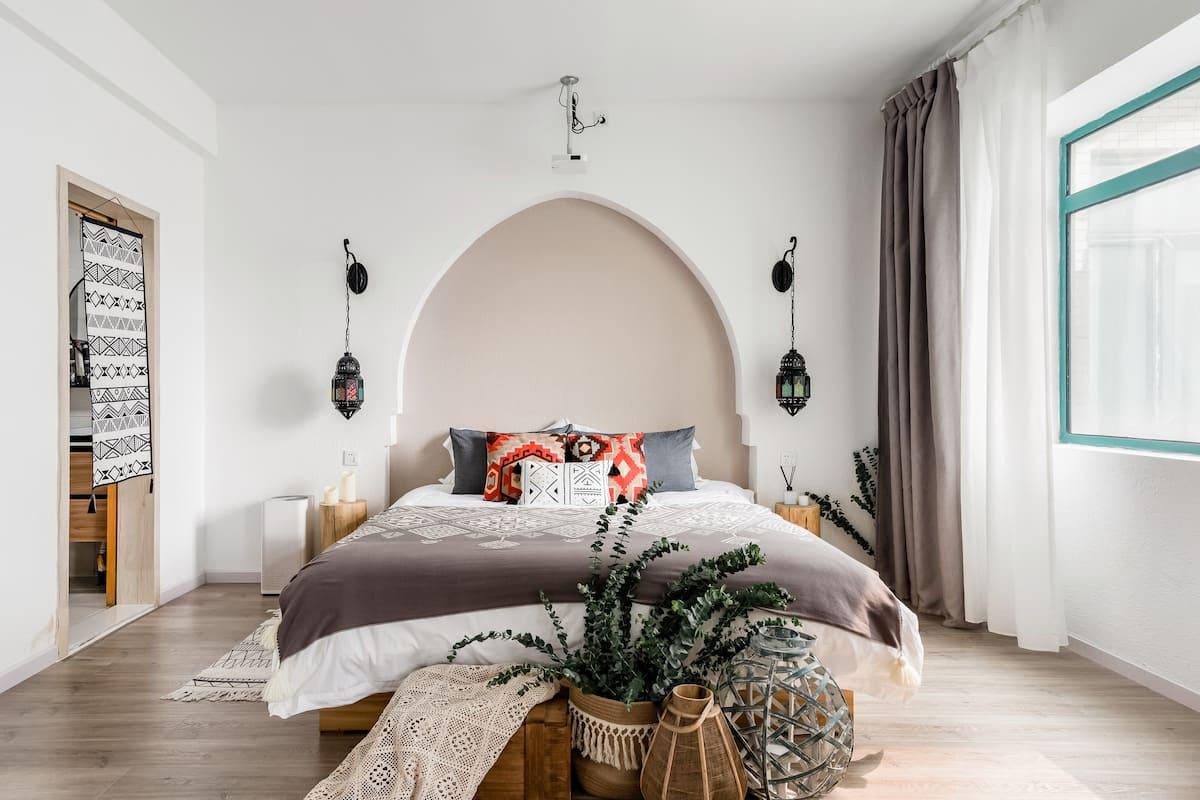 一个带超大投影仪刚换新空调的摩洛哥主题房源,享受超舒适大床,到万达广场吃喝玩乐,和爱人在菱角湖看夕阳