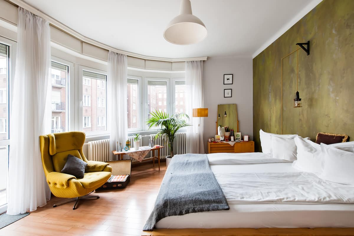 Charming Vintage Apartment Near Bars and Bistros