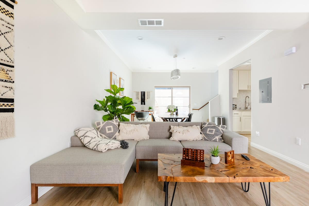 Stay Four- Relaxing Town Home with Patio Near Downtown LA