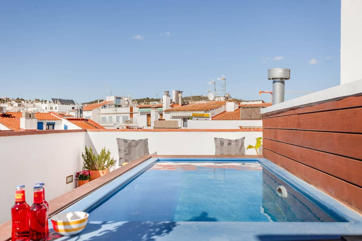 Luminosa casa dúplex con terrazas y azotea con piscina al lado de la playa
