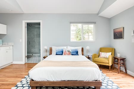 Private Mid-Century Inspired Guesthouse