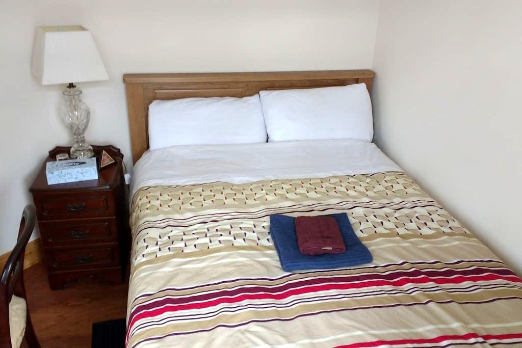 Cozy double bedroom with brand new double bed - Waterford - Haus