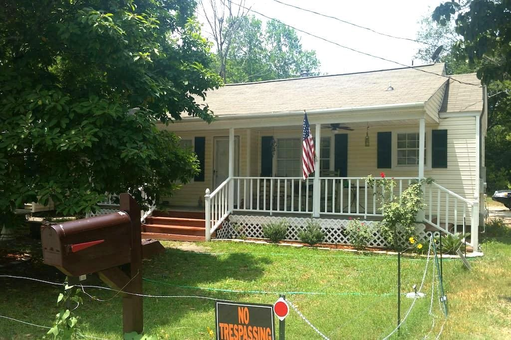 Small room 5 mins from USC - West Columbia - Hus