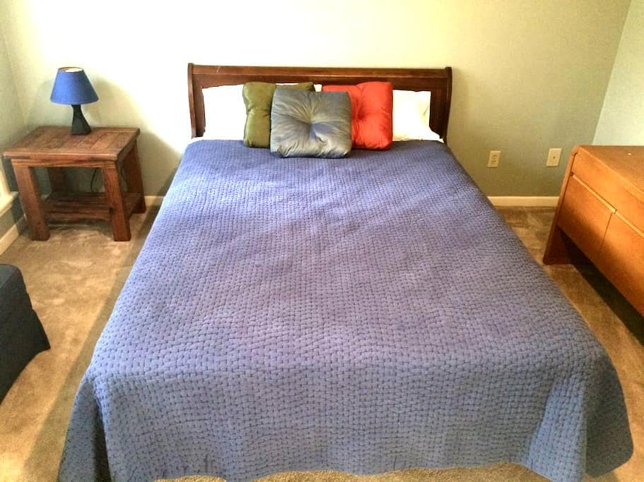 Private room in a quiet neighborhood - College Station - Hus