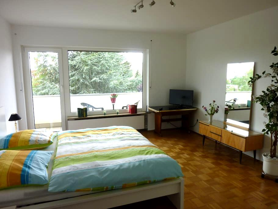 Ruhiges, helles Zimmer mit Balkon - Nürnberg - Apartment