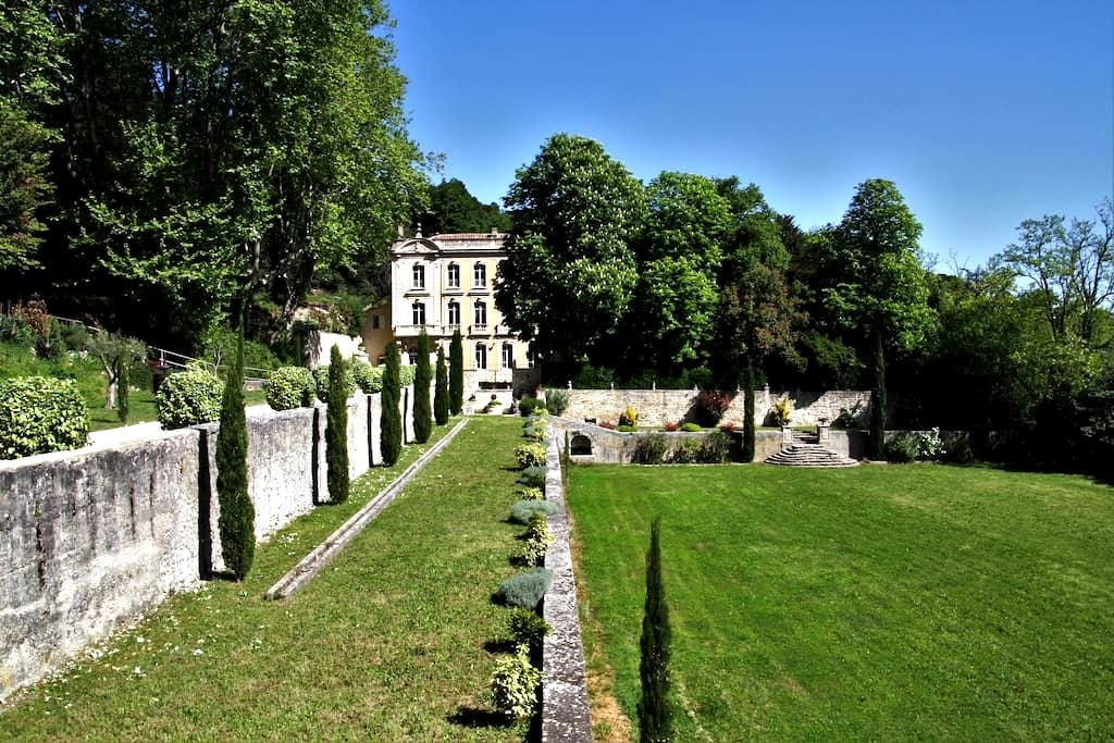 Gîte de charme et piscine, château de Fontségugne - Châteauneuf-de-Gadagne