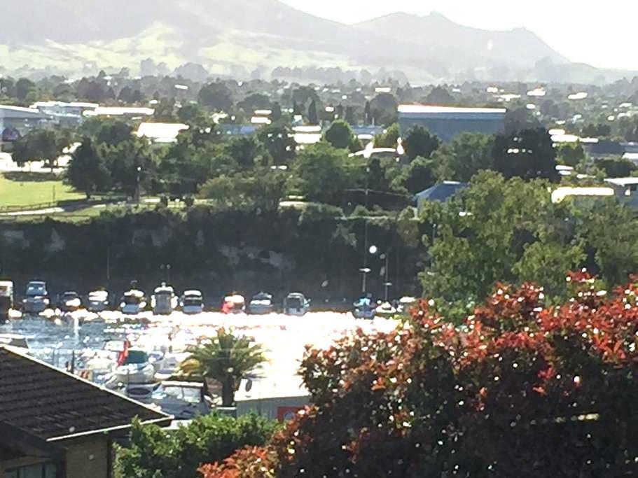 Studio accomodation overlooking Marina, breakfast - Taupo