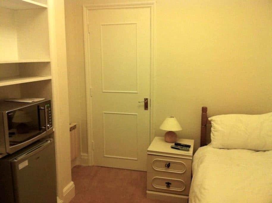 Single room with en-suite - Godalming