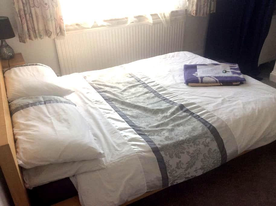 Double room 1.5 miles from UKC. - Rough Common, Canterbury - Bed & Breakfast