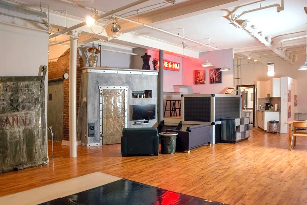 Artist loft in centennial building - Montréal - Loft