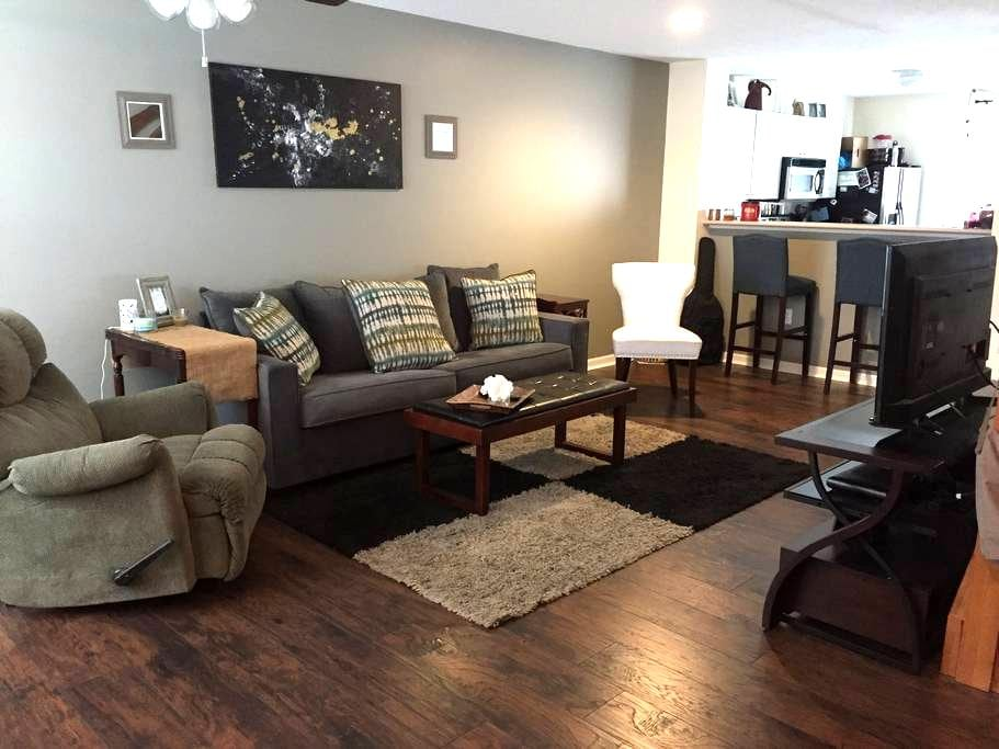 New Albany Getaway Just Outside the City - New Albany - Condominium