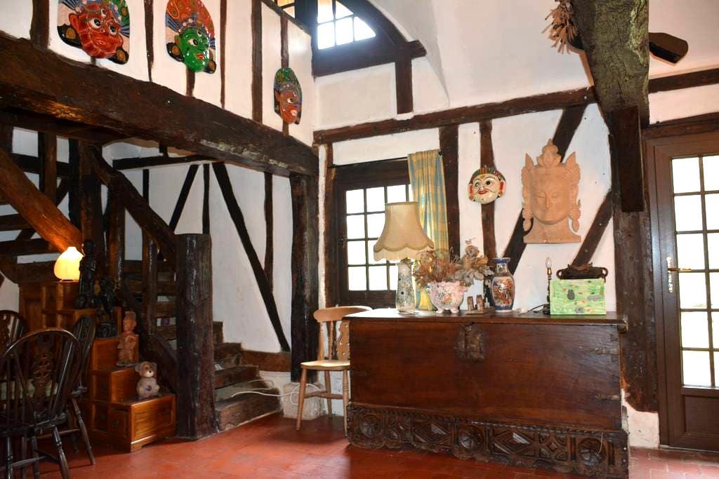 Longère normande à pans de bois et toit de chaume - Goupilleres