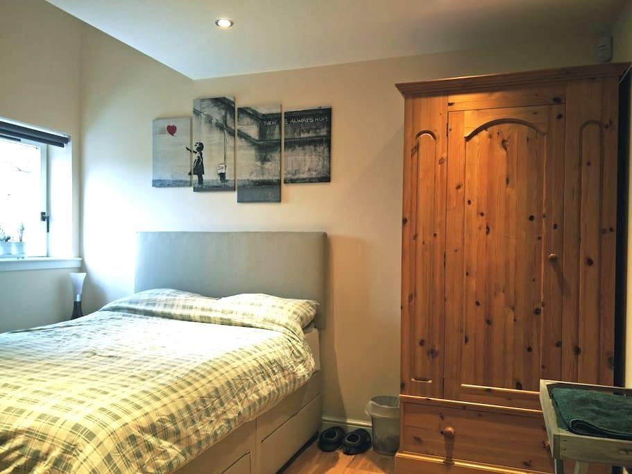 Lovely double bedroom with ensuite bathroom - Edimburg - Pis