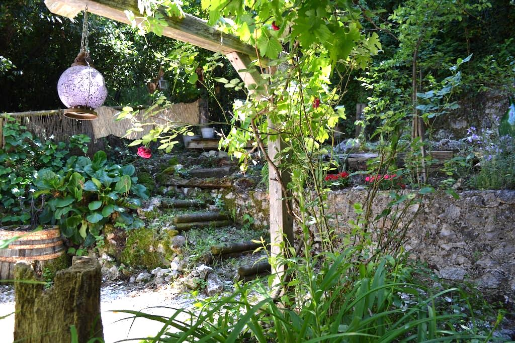 Village house with secluded garden - Introdacqua