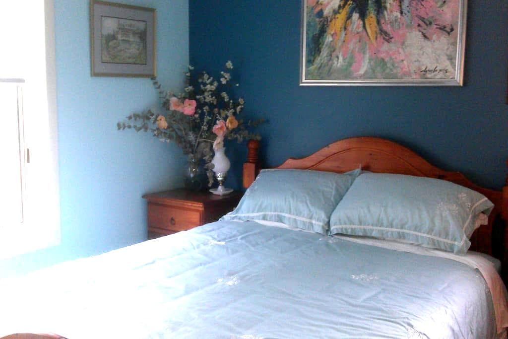 Lovely room. Great bed. Quiet home. - Newling - Talo