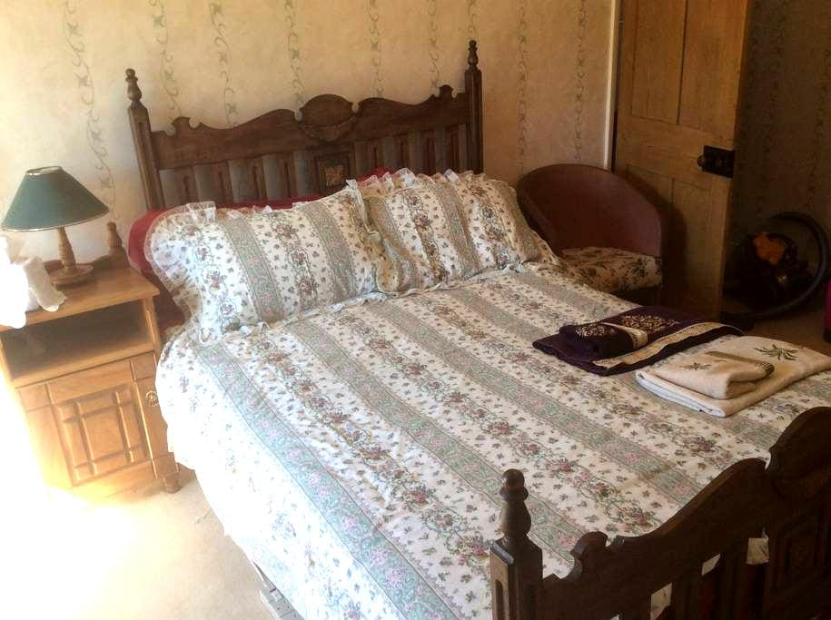 En suite double room in 300yr old cottage. Parking - Hinton Parva