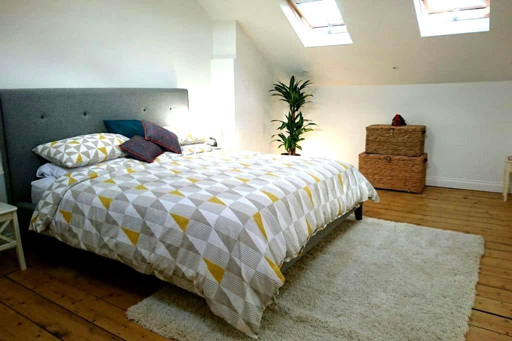 Spacious en-suite in great location - Bristol - Apartemen
