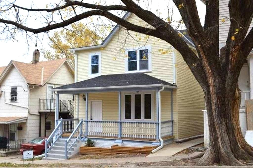 Newly Remodeled Home with Ample Space for Everyone - Kansas City - Dům