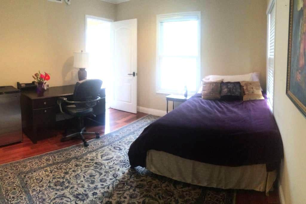 Spacious room and ensuite bath - La Crescenta-Montrose