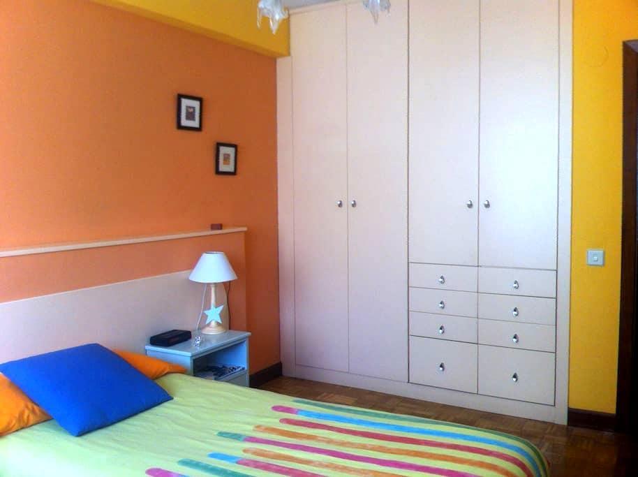 Habitación privada en Pamplona en casa con familia - Pamplona - Apartamento