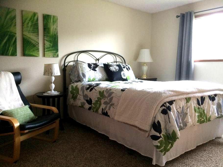 Haven of Rest: Lovely Queen Bedroom - Lynden - 一軒家