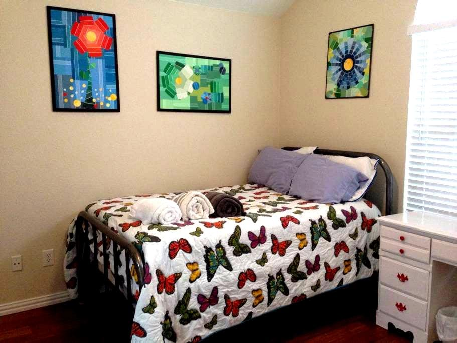 Private room near airport - Euless - Hus