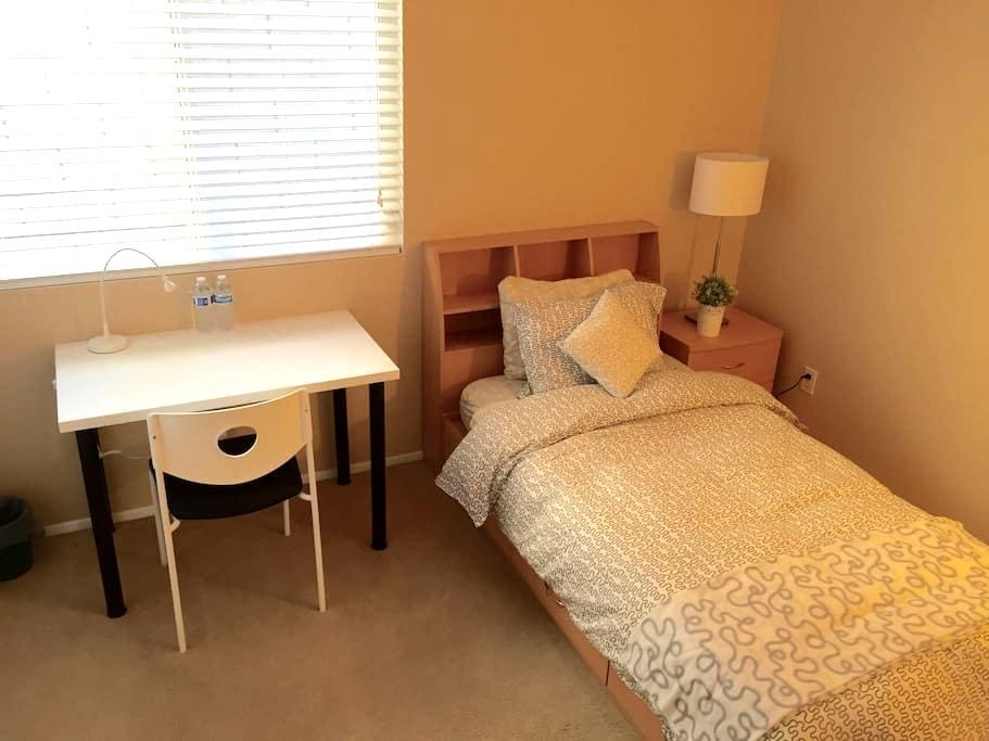 Room near ONT Airport,Ontario Mills - Fontana - Hus