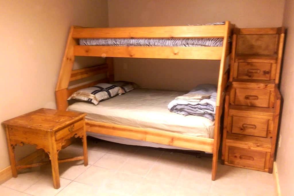 #8 Private Wood Bunk Room in Village w/TV & Fridge - Lac Big Bear - Cabane
