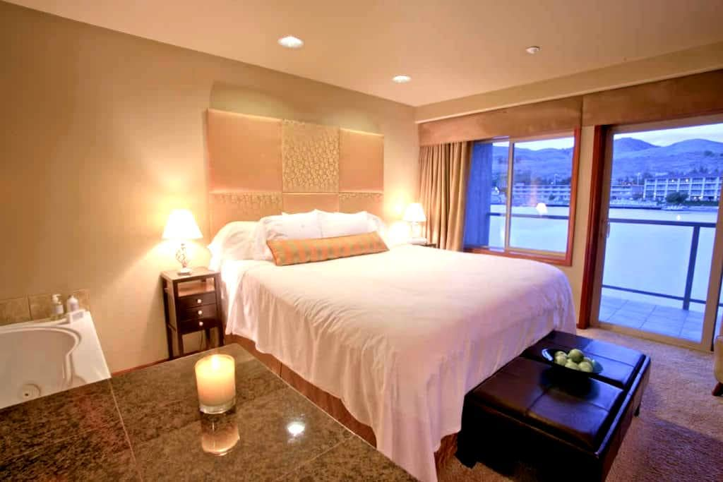 King Jacuzzi Waterfront Suite - Chelan - Condominium