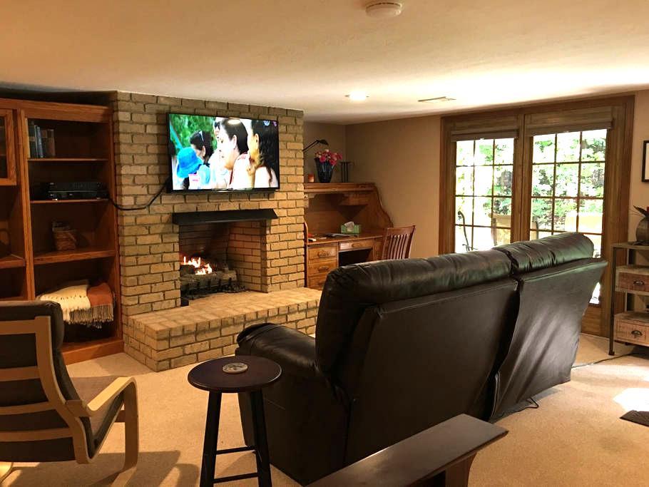 Private Studio w/ Gas Fireplace @ GEMINI/POLARIS - Lewis Center