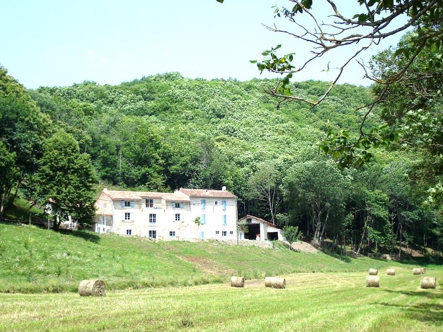 Gite campagne pleine nature 2/4pers - Courniou - House