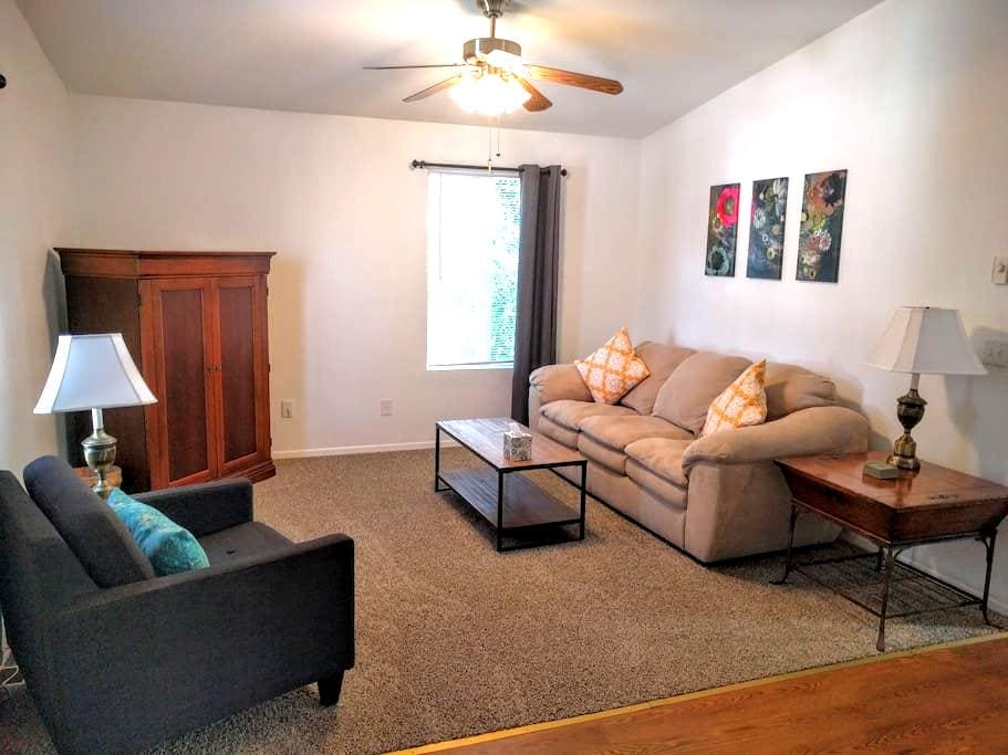 Cozy Apartment Near Downtown - Colorado Springs - Apartamento