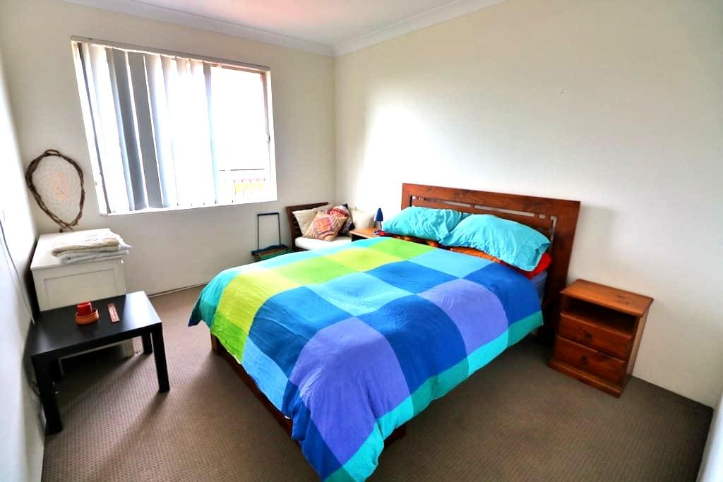 Sunny Double Bedroom with Parking - Kensington - Apartment