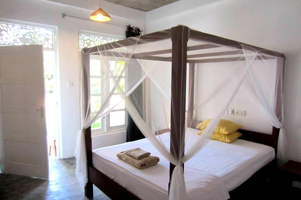 Mirissa BnB (no3) clean, AC hot water, breakfast - Weligama - Bed & Breakfast