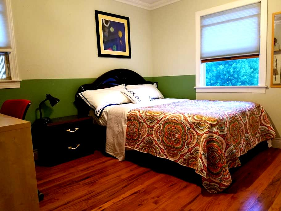 Private room in quiet suburban area w/WIFI - East Northport - Hus