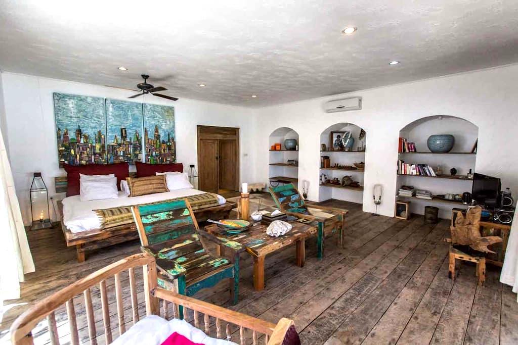 """Keylor"" Beachfront room with large outdoor lounge - Nusa Lembongan - Villa"