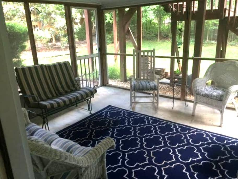 Spacious 2 BR Chapel Hill getaway near UNC - Chapel Hill - Appartamento