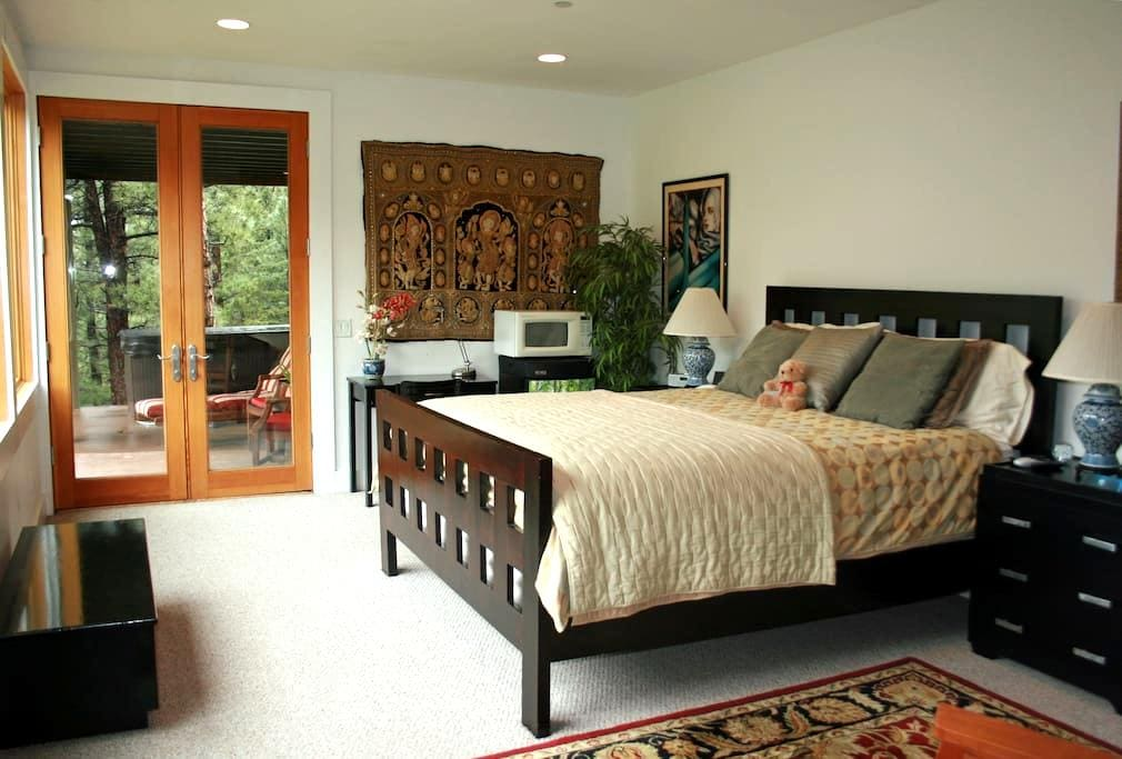 Luxurious Studio Retreat w/ Hot Tub - Boulder - Huis