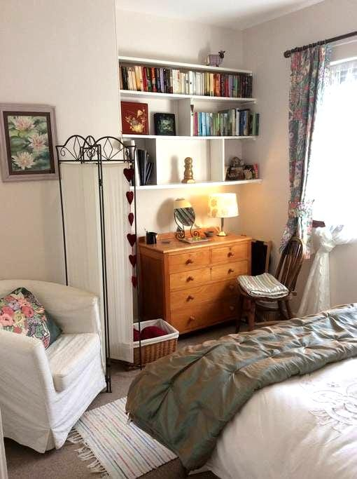 Cosy double room in charming cottage - Aberargie