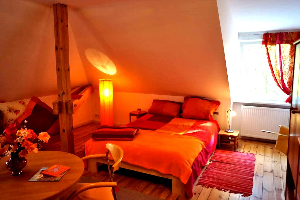 Orange wooden bright bedroom for 1 to 3 guests - Kleinmachnow