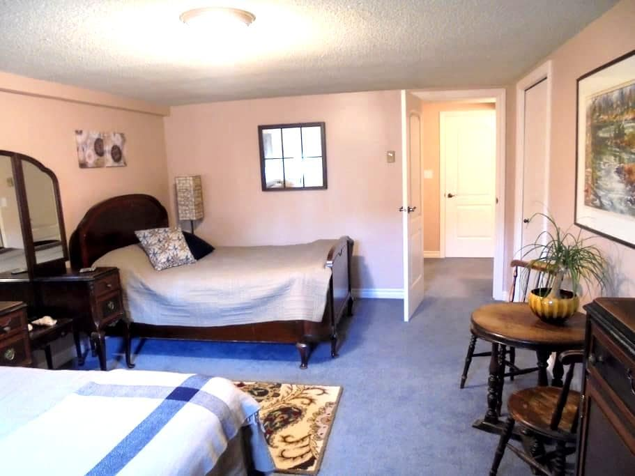 Comfortable, private family suite. - Kingston - Casa
